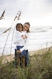 Matriz e filha do African-American na praia Foto de Stock