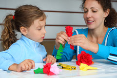 A matriz e a filha fazem rosas artificiais Imagens de Stock Royalty Free