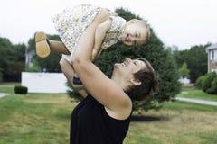 Matriz e filha felizes Fotos de Stock Royalty Free