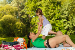 Matriz e filha felizes na praia I. Imagem de Stock Royalty Free