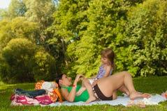 Matriz e filha felizes na praia II. Foto de Stock Royalty Free