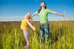 Matriz e filha felizes no campo Imagem de Stock