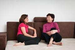 Matriz e filha junto em casa Fotografia de Stock Royalty Free