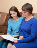 A matriz e a filha leram o livro Fotos de Stock
