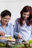 Matriz e filha na cozinha Imagens de Stock