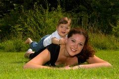 Matriz e filha na grama Imagens de Stock Royalty Free