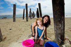 Matriz e filha na praia Imagem de Stock Royalty Free