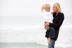 Matriz e filha no feriado que está na praia Fotos de Stock Royalty Free