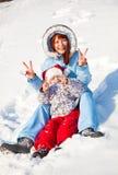Matriz e filha no parque do inverno Imagens de Stock Royalty Free