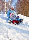 Matriz e filha no parque do inverno fotografia de stock