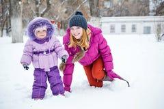 Matriz e filha no parque do inverno Imagens de Stock