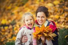 Matriz e filha no parque do outono fotografia de stock royalty free