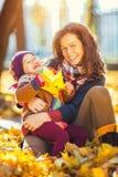 Matriz e filha no parque do outono Imagens de Stock Royalty Free