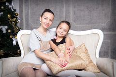 Matriz e filha perto da árvore de Natal Fotografia de Stock Royalty Free