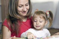 Matriz e filha que aprendem em casa Fotos de Stock Royalty Free