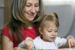 Matriz e filha que aprendem em casa Foto de Stock