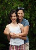 Matriz e filha que caminham nas madeiras Foto de Stock Royalty Free