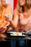 Matriz e filha que comem o sushi imagens de stock royalty free