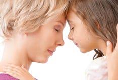 Matriz e filha que compartilham de um hug fotos de stock royalty free