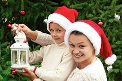 Matriz e filha que decoram a árvore de Natal imagem de stock