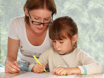 Matriz e filha que desenham junto Fotos de Stock Royalty Free