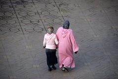 Matriz e filha que desgastam a roupa tradicional. Imagens de Stock Royalty Free