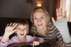Matriz e filha que falam no Internet Imagem de Stock