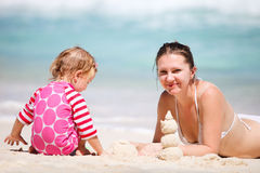 Matriz e filha que fazem o castelo da areia fotografia de stock