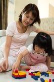 Matriz e filha que jogam blocos Fotografia de Stock Royalty Free