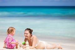 Matriz e filha que jogam com areia imagens de stock
