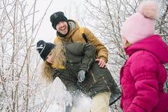 Matriz e filha que jogam na neve Fotografia de Stock