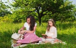 Matriz e filha que lêem um livro Foto de Stock