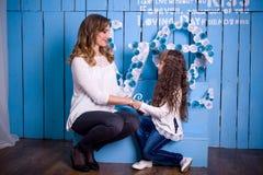 Matriz e filha que olham se Imagens de Stock