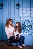 Matriz e filha que olham se Imagens de Stock Royalty Free