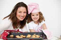 Matriz e filha que prendem uma placa com biscoitos Fotos de Stock