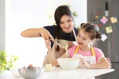 Matriz e filha que preparam a massa de pão imagens de stock
