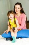 Matriz e filha que prestam atenção à tevê Imagem de Stock Royalty Free