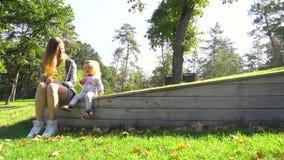 Matriz e filha que têm o divertimento ao ar livre video estoque