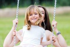 Matriz e filha que têm o divertimento ao ar livre Imagem de Stock Royalty Free