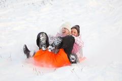 Matriz e filha que têm o divertimento na neve Fotografia de Stock Royalty Free