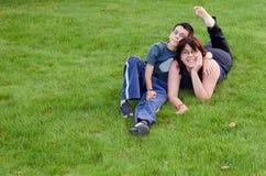 Matriz e filho felizes na grama Imagem de Stock Royalty Free
