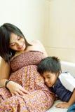Matriz e filho grávidos étnicos asiáticos Imagens de Stock