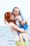 Matriz e filho na praia Imagem de Stock Royalty Free