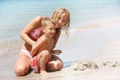 Matriz e filho na praia fotografia de stock