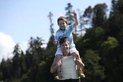 Matriz e filho na praia Fotografia de Stock Royalty Free