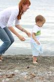 Matriz e filho na praia imagens de stock royalty free