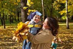 Matriz e filho no parque do outono Fotos de Stock Royalty Free