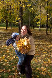 Matriz e filho no parque do outono Imagem de Stock