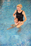 Matriz e filho novos em uma piscina Foto de Stock