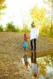 Matriz e filho perto do lago foto de stock royalty free